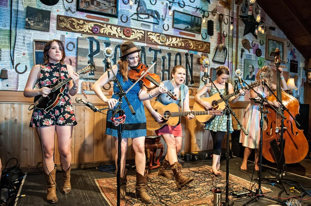 LIVE AT LUCKY BARN: Della Mae, 'Richland Woman Blues'